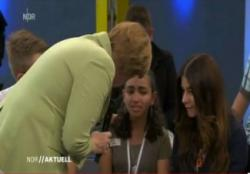 Палестинская девочка расплакалась после разговора с канцлером Германии Ангелой Меркель.