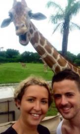 Смеющийся жираф превратил селфи туристов в фотобомбу - ФОТО