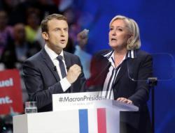 Ле Пен поздравила Макрона с победой