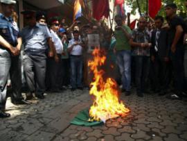 Участники акции протеста в Армении сожгли венгерский флаг
