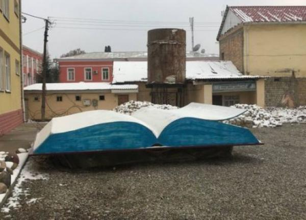 Книге президента Таджикистана воздвигли памятник