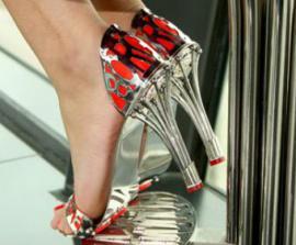 Дизайнер создал туфли с гарантией на тысячу лет